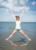 Mujer joven feliz que se divierte en el agua del mar fotos de archivo libres de regalías