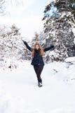 Mujer joven feliz que se divierte en la nieve Imagenes de archivo