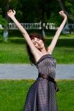 Mujer joven feliz que se relaja en la naturaleza. foto de archivo