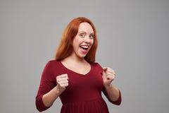 Mujer joven feliz que sonríe en la cámara Foto de archivo libre de regalías