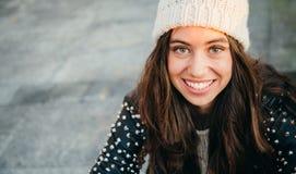 Mujer joven feliz que sonríe en la calle Imagen de archivo libre de regalías