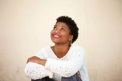 Mujer joven feliz que sonríe y que mira para arriba foto de archivo libre de regalías