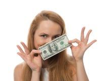 Mujer joven feliz que soporta el dinero del efectivo de cientos dólares i fotografía de archivo libre de regalías