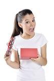 Mujer joven feliz que sostiene la caja de regalo Imágenes de archivo libres de regalías
