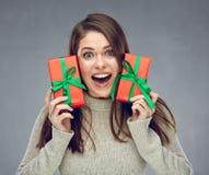Mujer joven feliz que sostiene la caja de regalo de dos rojos imagen de archivo libre de regalías