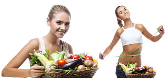 Mujer joven feliz que sostiene la cesta con la verdura. Concepto vegetar Foto de archivo libre de regalías
