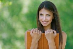 Mujer joven feliz que sostiene una naranja Imagenes de archivo