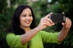 Mujer joven feliz que toma el selfie Imágenes de archivo libres de regalías
