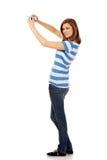 Mujer joven feliz que toma el selfie con la cámara clásica del slr Fotos de archivo