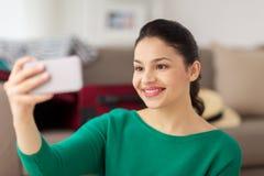 Mujer joven feliz que toma el selfie con smartphone Fotografía de archivo libre de regalías