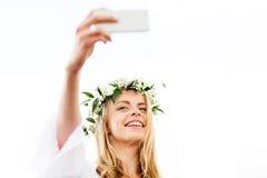 Mujer joven feliz que toma el selfie del smartphone Fotos de archivo