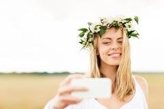 Mujer joven feliz que toma el selfie por smartphone Fotos de archivo