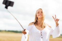 Mujer joven feliz que toma el selfie por smartphone Fotografía de archivo libre de regalías