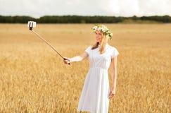 Mujer joven feliz que toma el selfie por smartphone Fotos de archivo libres de regalías