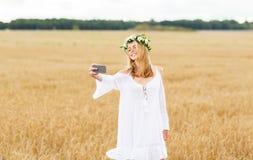 Mujer joven feliz que toma el selfie por smartphone Imagen de archivo