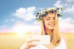 Mujer joven feliz que toma el selfie por smartphone Imagenes de archivo