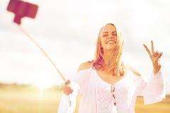 Mujer joven feliz que toma el selfie por smartphone Foto de archivo libre de regalías