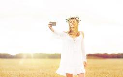 Mujer joven feliz que toma el selfie por smartphone Foto de archivo