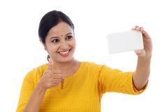 Mujer joven feliz que toma un selfie Foto de archivo libre de regalías