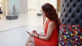 Mujer joven feliz que usa smartphone en alameda almacen de video