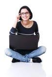 Mujer joven feliz que usa su computadora portátil Fotografía de archivo