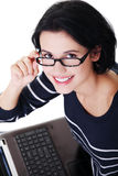 Mujer joven feliz que usa su computadora portátil Imagen de archivo libre de regalías
