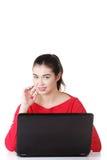 Mujer joven feliz que usa su computadora portátil. fotos de archivo