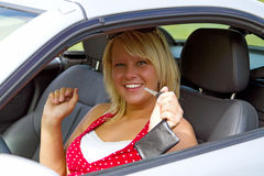 Mujer joven feliz sobre su nueva licencia de programas pilotos Fotos de archivo libres de regalías