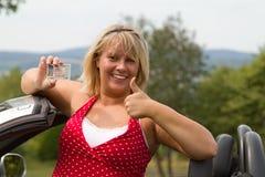 Mujer joven feliz sobre su nueva licencia de programas pilotos Fotografía de archivo libre de regalías