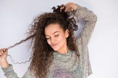 Mujer joven feliz y de baile con el retrato del pelo rizado Imagen de archivo