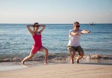 Mujer joven feliz y hombre que hacen ejercicios Foto de archivo libre de regalías