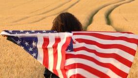 Mujer joven femenina del adolescente afroamericano de la muchacha que sostiene una bandera americana de las barras y estrellas de metrajes