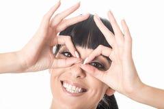 Mujer joven fresca feliz de la diversión loca que tira de la expresión facial tonta Imagen de archivo
