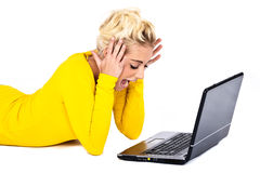 Mujer joven frustrada con la computadora portátil Imagen de archivo