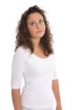 Mujer joven frustrada y decepcionada aislada en la camisa blanca Fotos de archivo