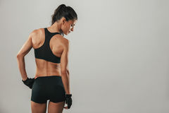 Mujer joven fuerte del ajuste sano en ropa de deportes foto de archivo