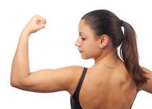 Mujer joven fuerte que muestra sus músculos Fotografía de archivo libre de regalías
