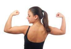 Mujer joven fuerte que muestra sus músculos Foto de archivo