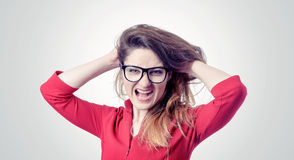 Mujer joven furiosa en vidrios que grita foto de archivo libre de regalías