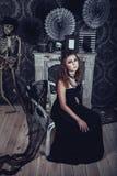 Mujer joven gótica en un vestido negro elegante Fotografía de archivo