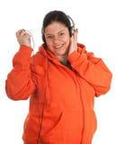 Mujer joven gorda con los auriculares y el jugador mp3 Fotografía de archivo
