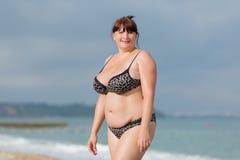 Mujer joven gorda en el mar Imagen de archivo
