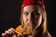 Mujer joven hambrienta que come la pizza Imagen de archivo libre de regalías