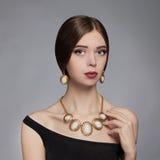 Mujer joven hermosa Accesorios de la joyería fotografía de archivo