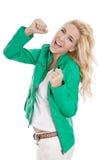 Mujer joven hermosa aislada en ove sonriente y que anima verde Fotografía de archivo