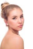 Mujer joven hermosa aislada en un fondo blanco Tacto de su cara Piel limpia fresca Foto de archivo libre de regalías