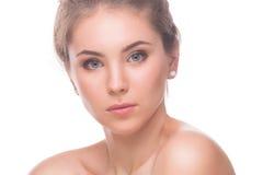 Mujer joven hermosa aislada en un fondo blanco Tacto de su cara Piel limpia fresca Imágenes de archivo libres de regalías