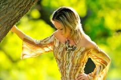 Mujer joven hermosa al aire libre fotos de archivo