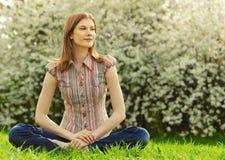 Mujer joven hermosa al aire libre Imagen de archivo