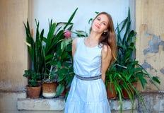 Mujer joven hermosa al aire libre con las flores imagen de archivo libre de regalías